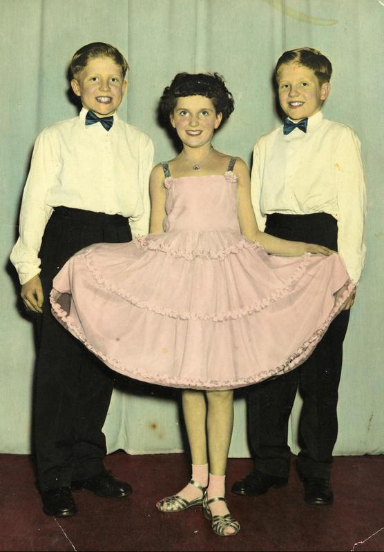 Danseball hos Per Røtvoll danseskole i Sandaker Samfunnshus i 1957. Det var en tradisjon for oss på Enerhaugen å gå på danseskole. De eldste gikk på Ring og de yngre på Per Røtvoll. Dette var viktig, så vi kunne oppføre oss i en hver situasjon.