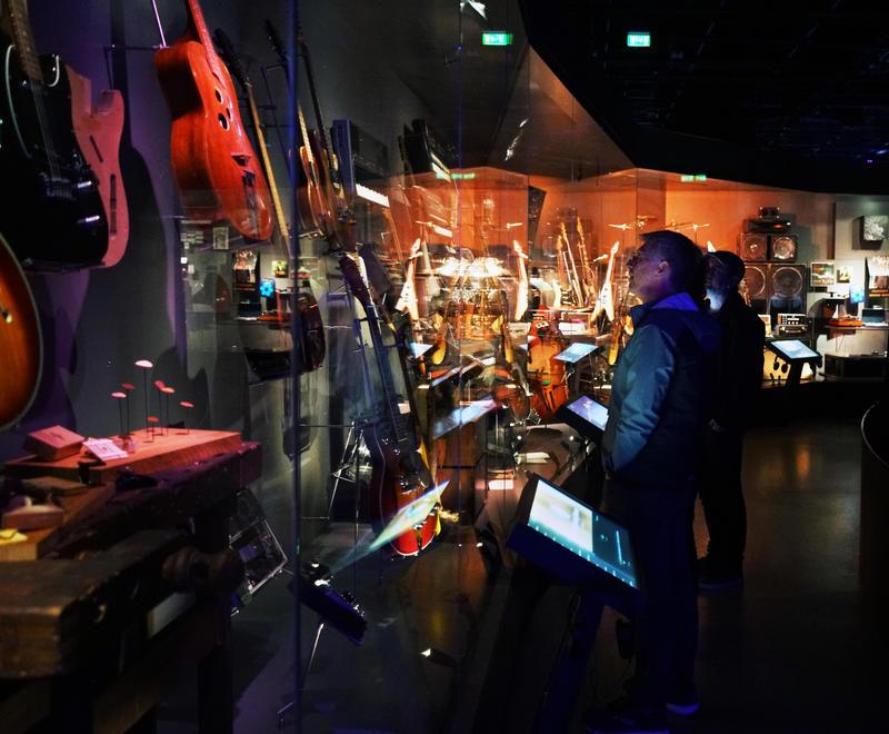 Santelli sjekker ut utstillingen Rockens verktøy på Rockheim.