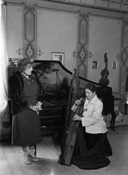 Bilde av en skotsk harpistinne og en amerikansk komponist i