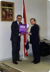Direktør Jan Voigt med Thailands ambassadør i Norge etter å