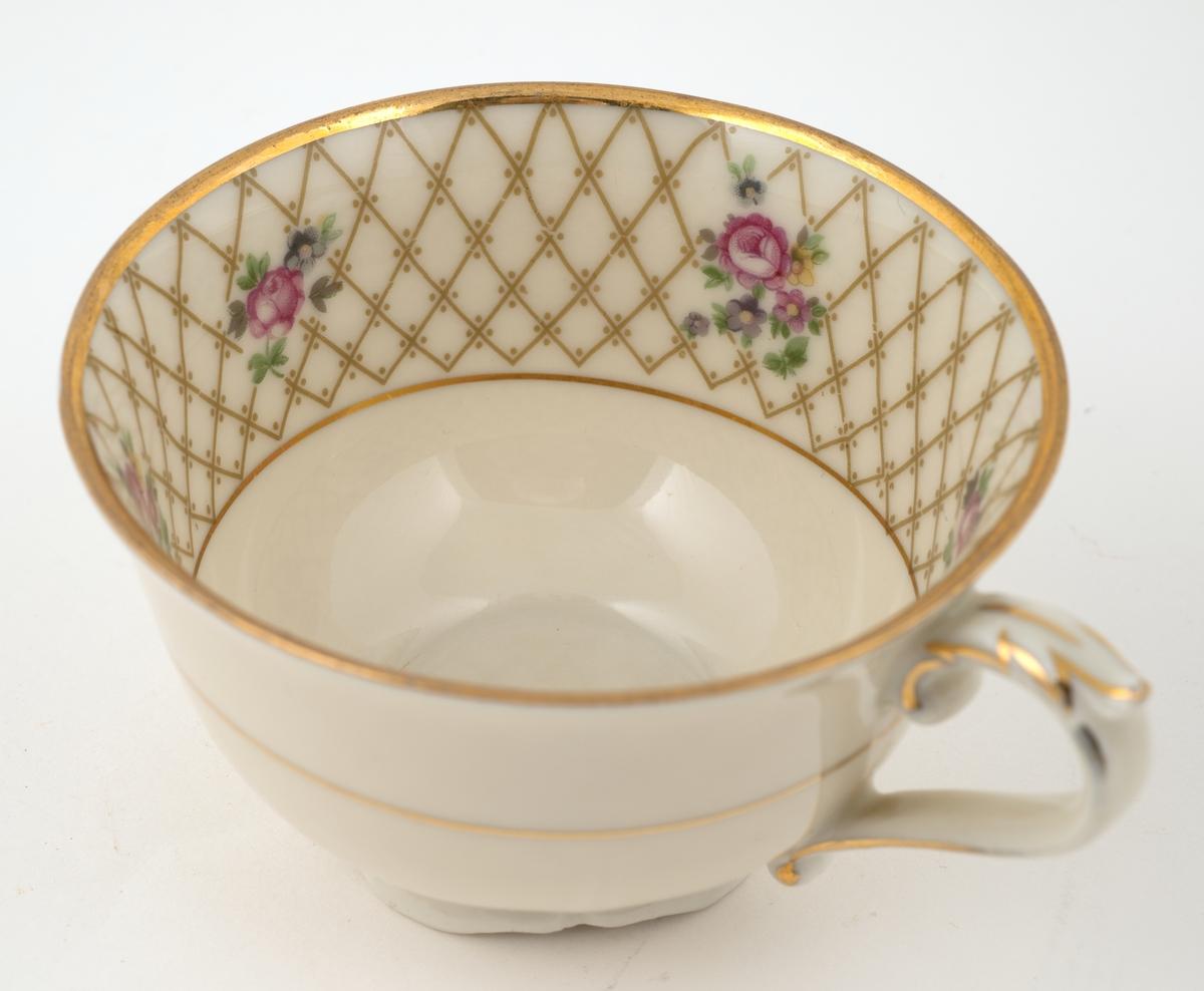 Deler av kaffeservise, består av: 3 asjetter, 9 skåler og 5 kopper.