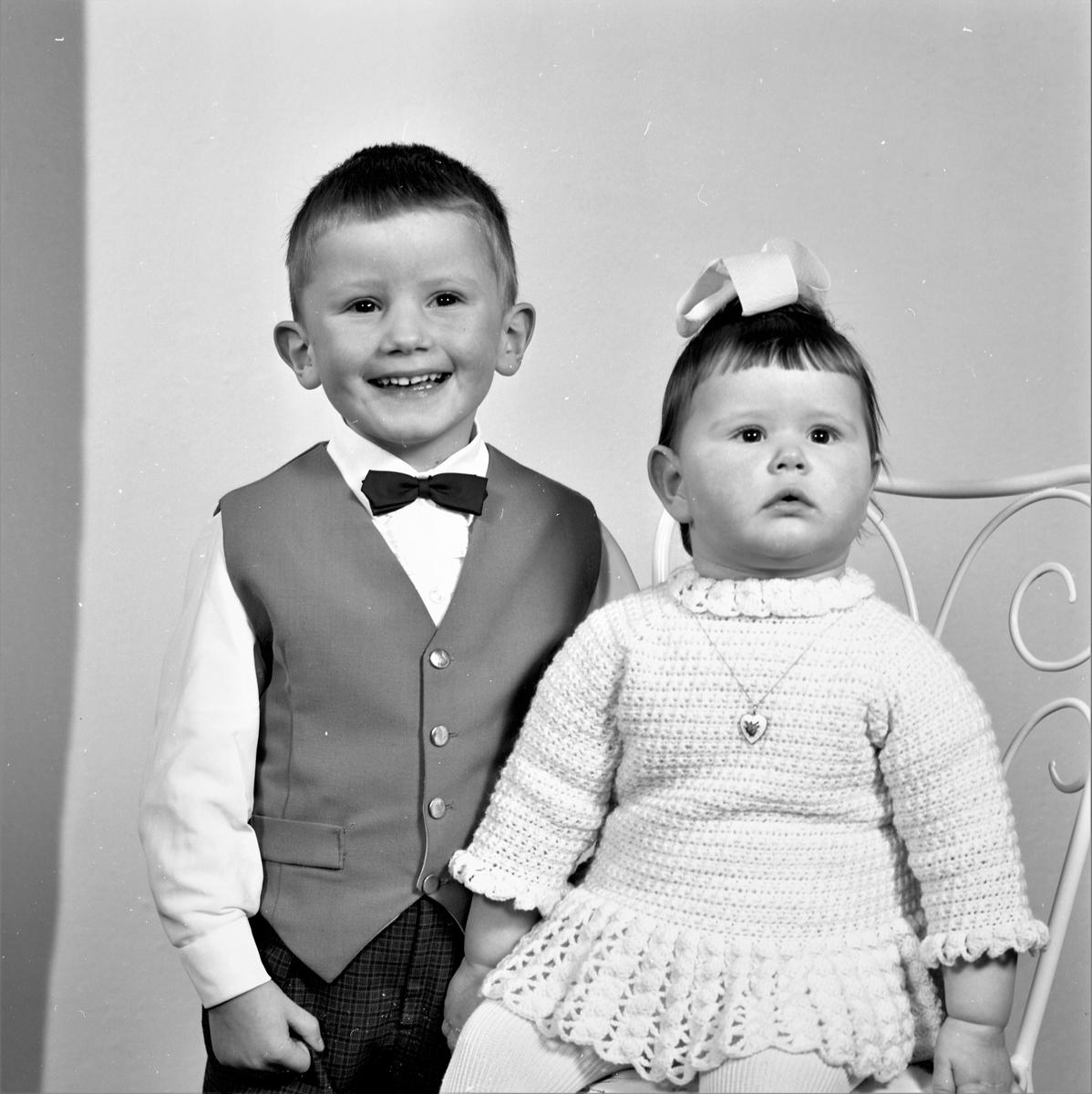 Portrett. Familiegruppe på to. Ung gutt og ung pike. Bestilt av Einar Tveit. Skjold