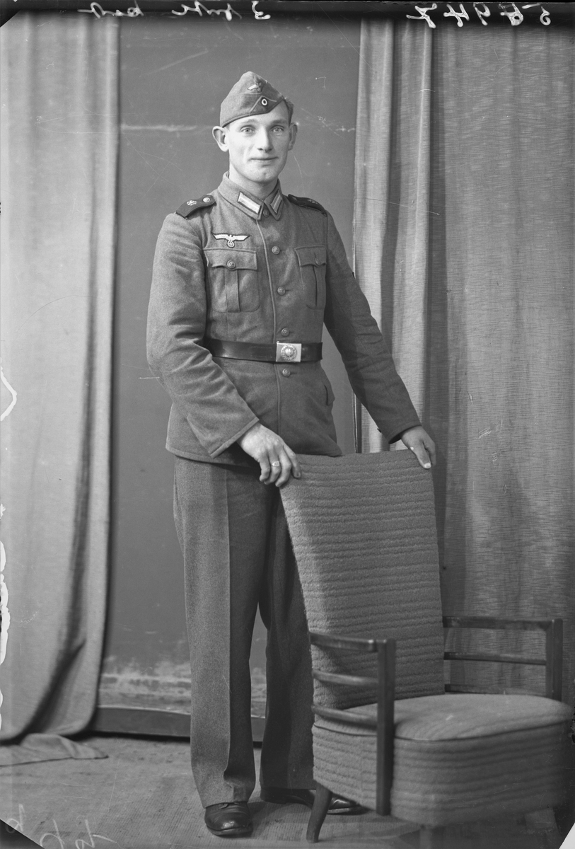 Portrett. Ung mørkhåret mann i tysk militæruniform. Helfigur. Tysk. Bestillt av Werner Kock