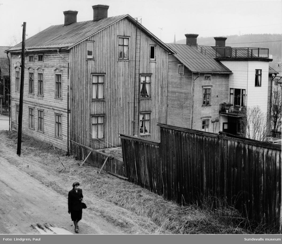 Nybrogatan 41A och 41B. Uppförda (1889 resp. 1898) på samma tomt men med två olika ägare. Fastigheterna fick vatten och avlopp till gården först 1905. Damen på bilden heter Alva Dufvenberg.