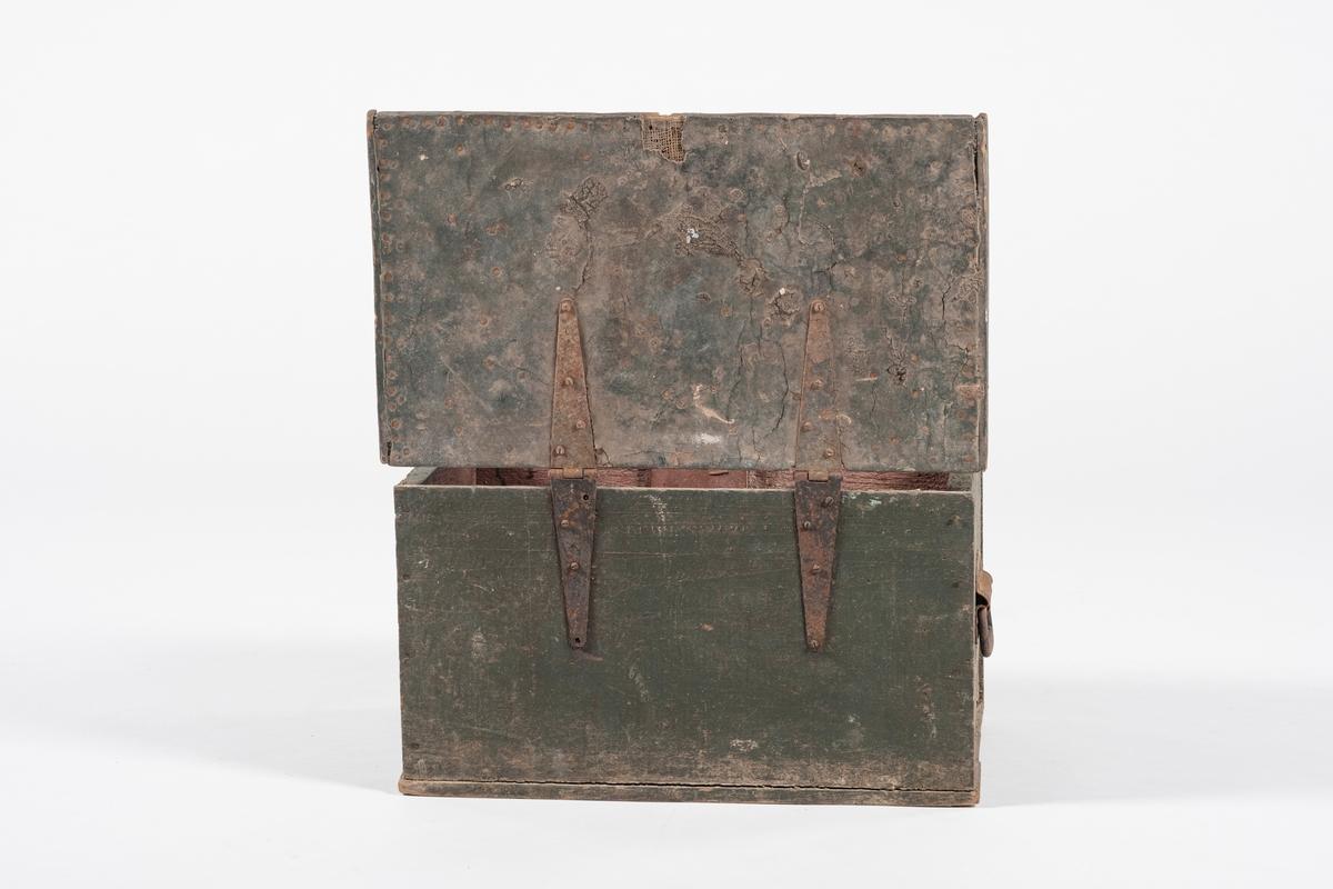Rektangulær kiste av tre. Lokket er dekket med grovt lerret, som muligens er dekket med lær og overmalt. På hver kortside har kisten håndtak av jern. Ved festene til kistsens beslag er det satt inn støttebord på innsiden. Kisten har opprinnelig hatt en lås, men denne mangler.