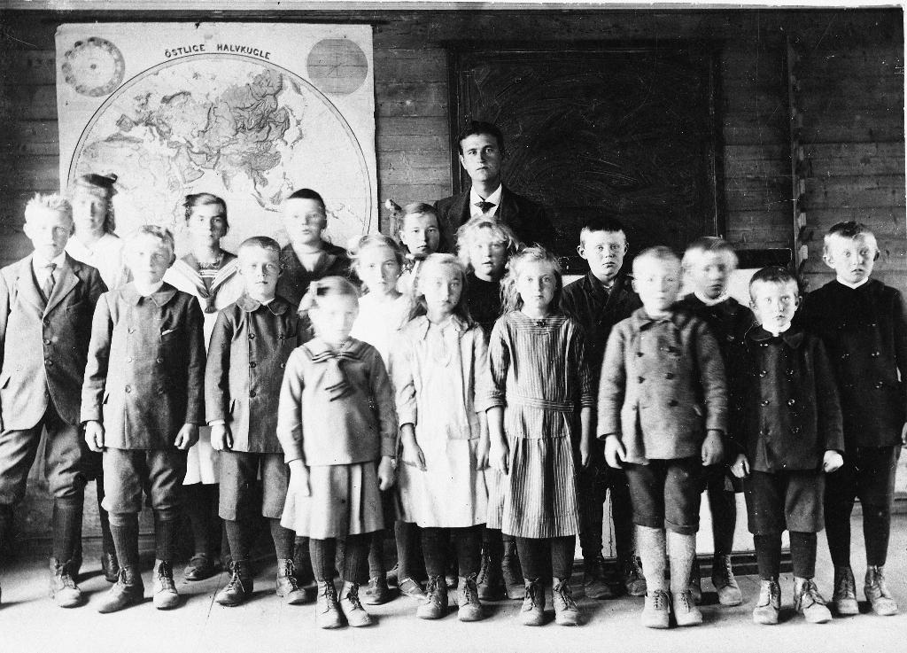 Elevane frå Tjåland og Kartevoll skolekrets i 1922. Lærar er Jakob Teigland (frå Bergenskanten). Framme f. v. :Sigurd Sikveland, Arne Sikveland, Georg Tjåland, jente frå Bergene, x Mellemstrand, Sara Skårland, Torgeir Sikveland, Guttorm Mellemstrand. Bak f. v. : Borghild Tjåland, Gurine Bergene, Nils Sikveland, x Bergene, x Mellemstrand, Eldbjørg Sikveland , Fritjof Sikveland, Ola Sikveland, Nils Mellemstrand.