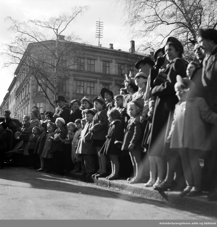 Oslo Framkrets. 1. Mai 1952. Framfylkingens arrangement, Barnas 1. mai på Dælenenga. Tilskuere langs togruten.