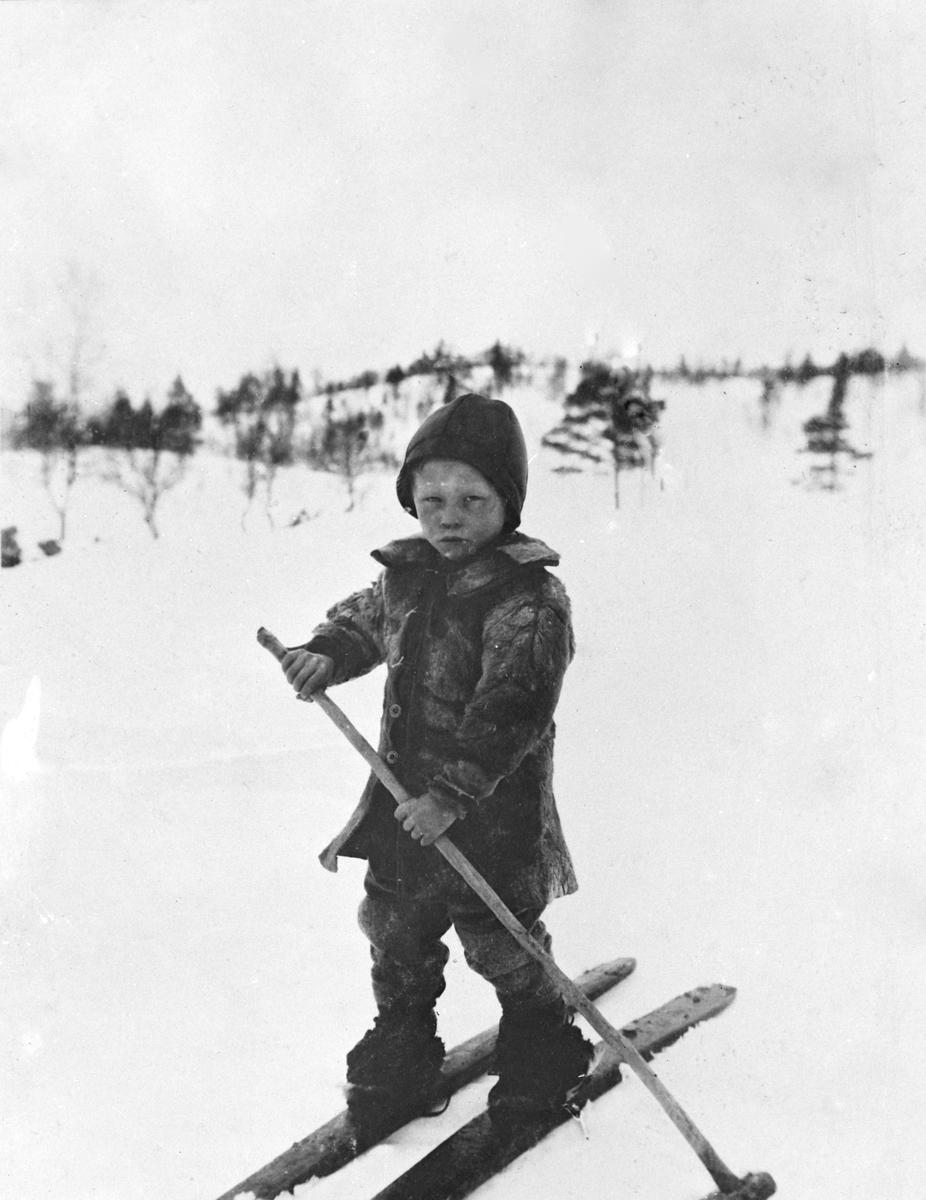 Gutt på ski på fjellet.