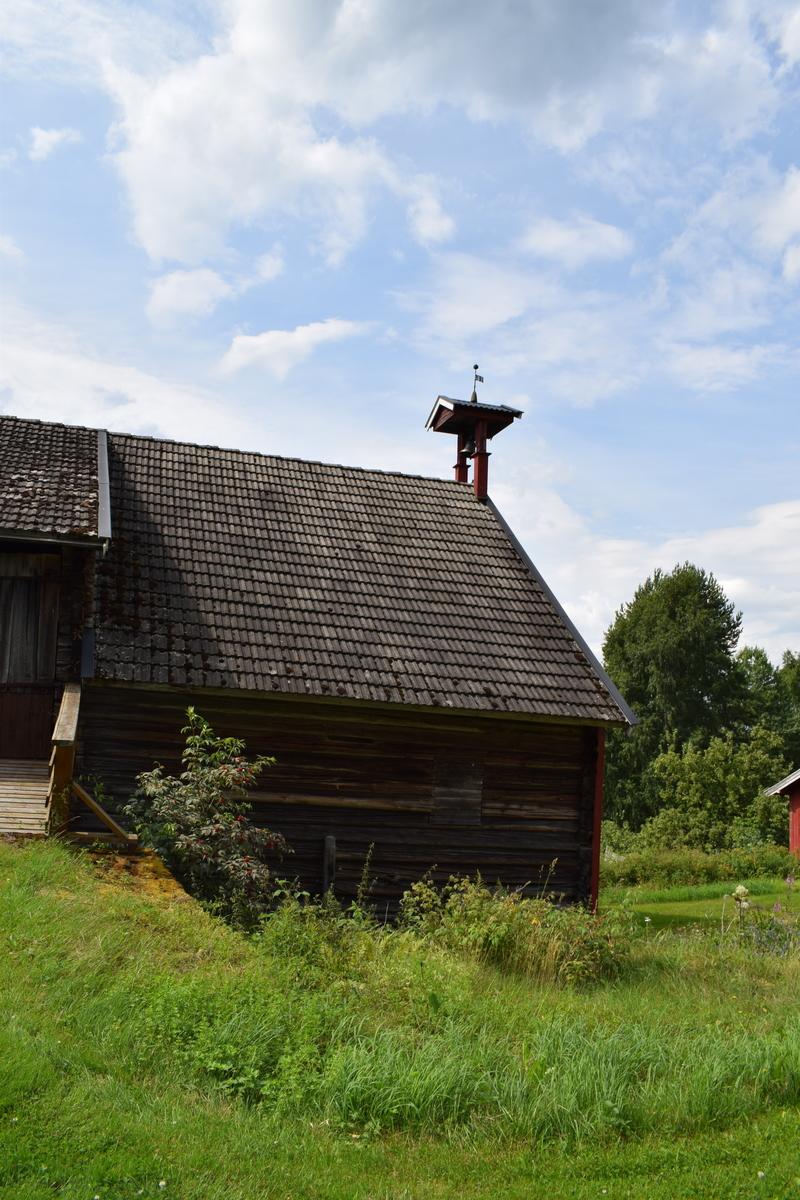 På Bakstad er det et gammelt klokketårn på låven. Klokka ble brukt som tradisjonell matklokke og kanskje i forbindelse med bryllup og større begivenheter. På dagens værhane står inskripsjonene «SB 18 MB 52» At det skjedde et eierskifte eller en fornyelse på enten klokketårnet eller gården er derfor sannsynlig. På gården finnes det også en værhane fra 1777 med initialene «GB»  Om klokketårnet er fra 1777 ble tårnet i så fall flyttet i forbindelse med at ny låve ble bygget i ca. 1833.  På matklokka står det «GUTHEN I FALUN ÅR 1804 AF E. GØTHE»
