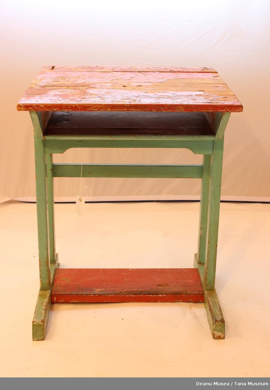 Liten hylle under bordplaten. Grønn og rød malt.