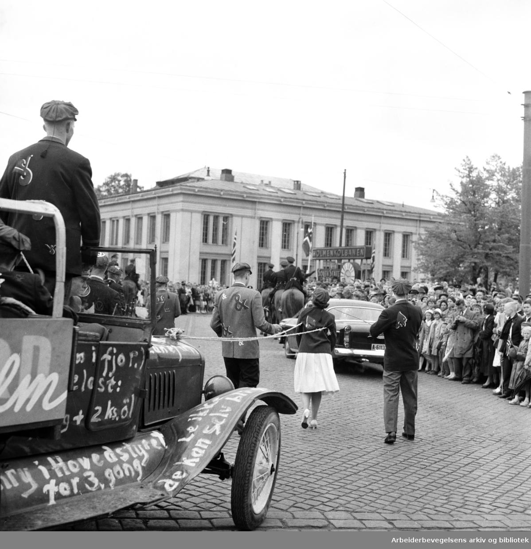 Russetoget, 17. mai 1959. Universitetsbygningen (Domus Bibliotecha) midt i bildet. Nedgang til Holmenkollbanen.