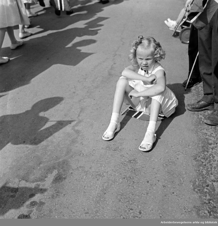 Sliten pike. Gretten. Sur. Sitter på flagg. Barnetoget. 17. mai 1960