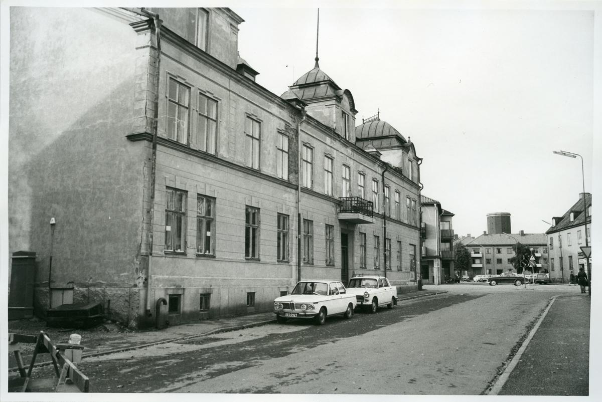Vasastaden. Bostadshus med balkong och burspråk, i korsningen Floragatan/Stora gatan, fasad mot Floragatan, 1975.