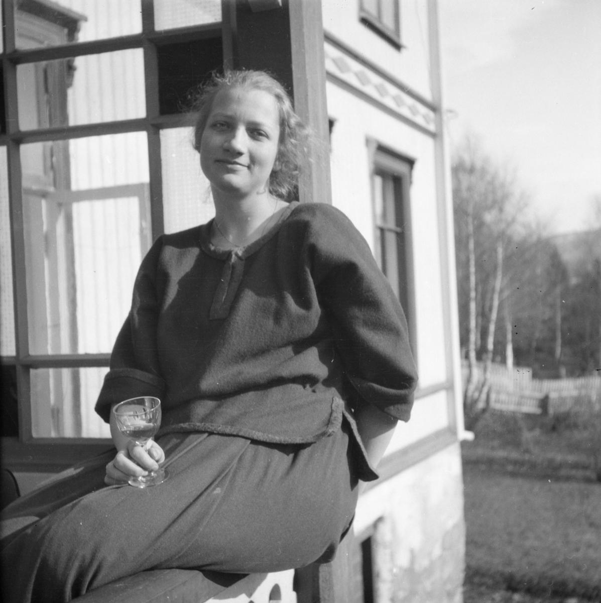 Kvinne sittende på veranda.