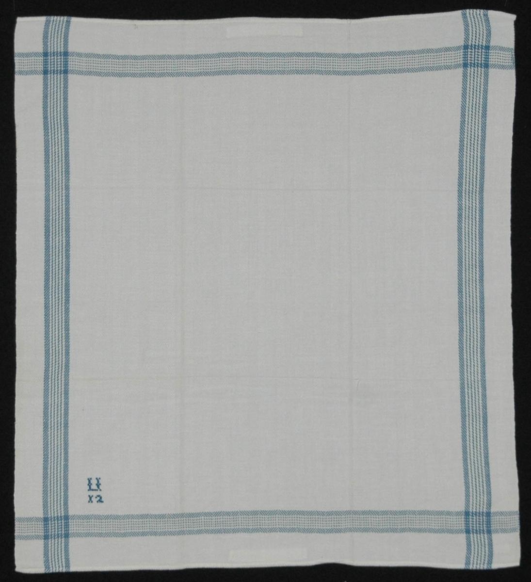 Varp 2 tr, vitt bomullsgarn, inslag 1 tr, vitt lingarn. Spetskypert. Blårandig bård runtom.  I ena hörnet broderat monogram, blått bomullsgarn, korssöm: U, därunder 12.  Fastsydda hängare av vita bomullsband vid båda kortsidorna.  Handfållad.  Ngt sliten, blekt.  Varp: 17 tr/cm Inslag: 15 tr/cm Skaft: 4