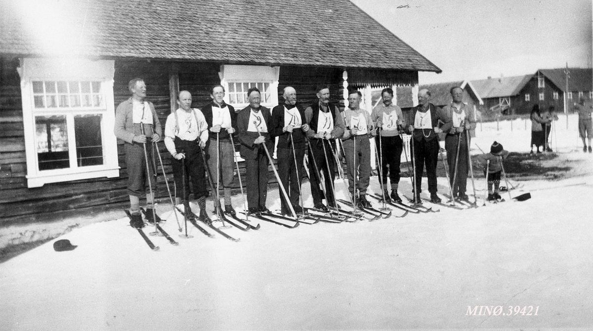 Skiløpere med startnummer på brystet