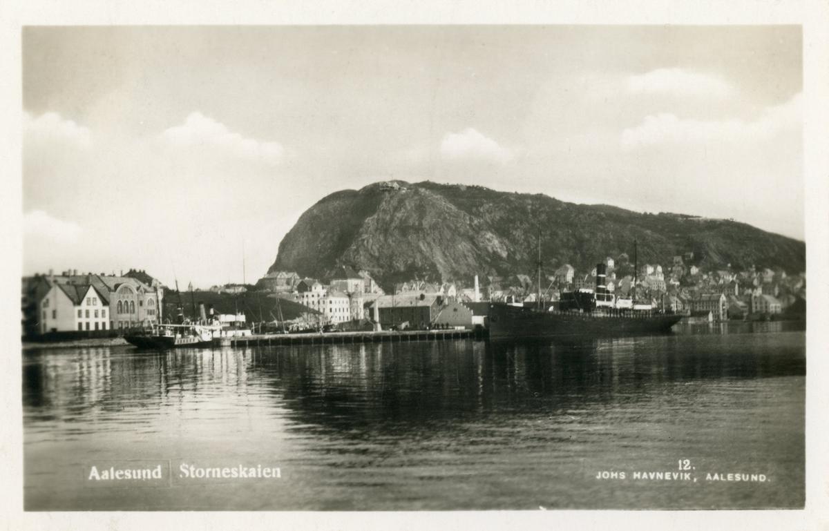 Oversiktsbilde av Ålesund med Storneskaia der det ligger et større dampskip til kai.
