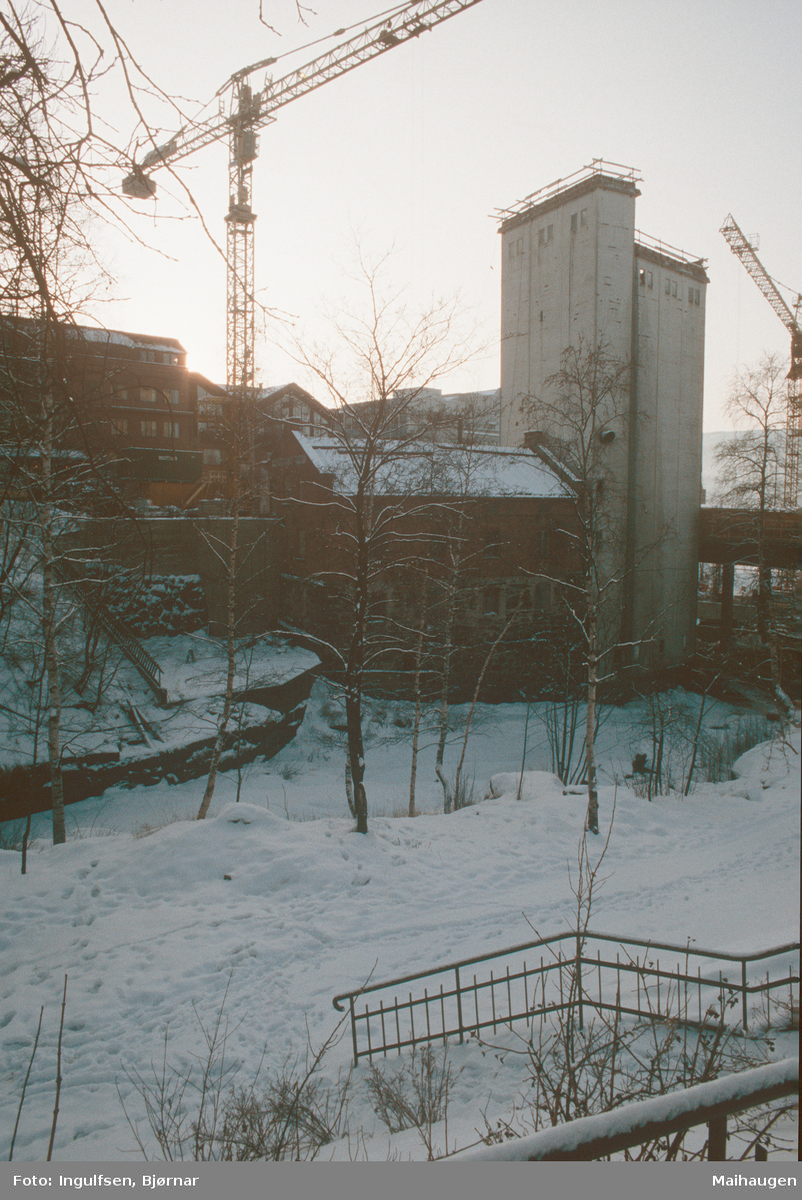 Lillehammer.  Lillehammer Aktiemølle med silo under ombygging til hotell.  Byggekran.  Sett mot sør.  Mesnaelva i forgrunnen.