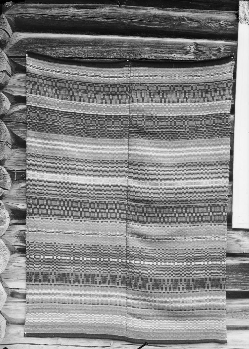 Vevd mulig sengeteppe. Striper og sydd sammen langsetter