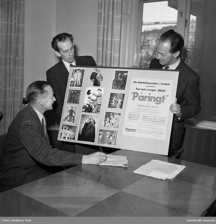 """Telegrafverkets revy """"Påringt"""" på turné kommer till Sundsvalls Teater 6 mars 1952. Revyn som producerats i Stockholm I Telegrafverkets regi gästspelar i Sundsvall. Behållningen från revyn skulle gå till Telegrafverkets idrottsförening.  Enligt artikeln i ST fick teaterensamblen offra sin semester och övernatta i Telegrafverkets skyddsrum för att hålla nere kostnaderna.  På bild 1 och 2 ses från vänster distriktchef Gottberg, Bengt Edström samt okänd."""