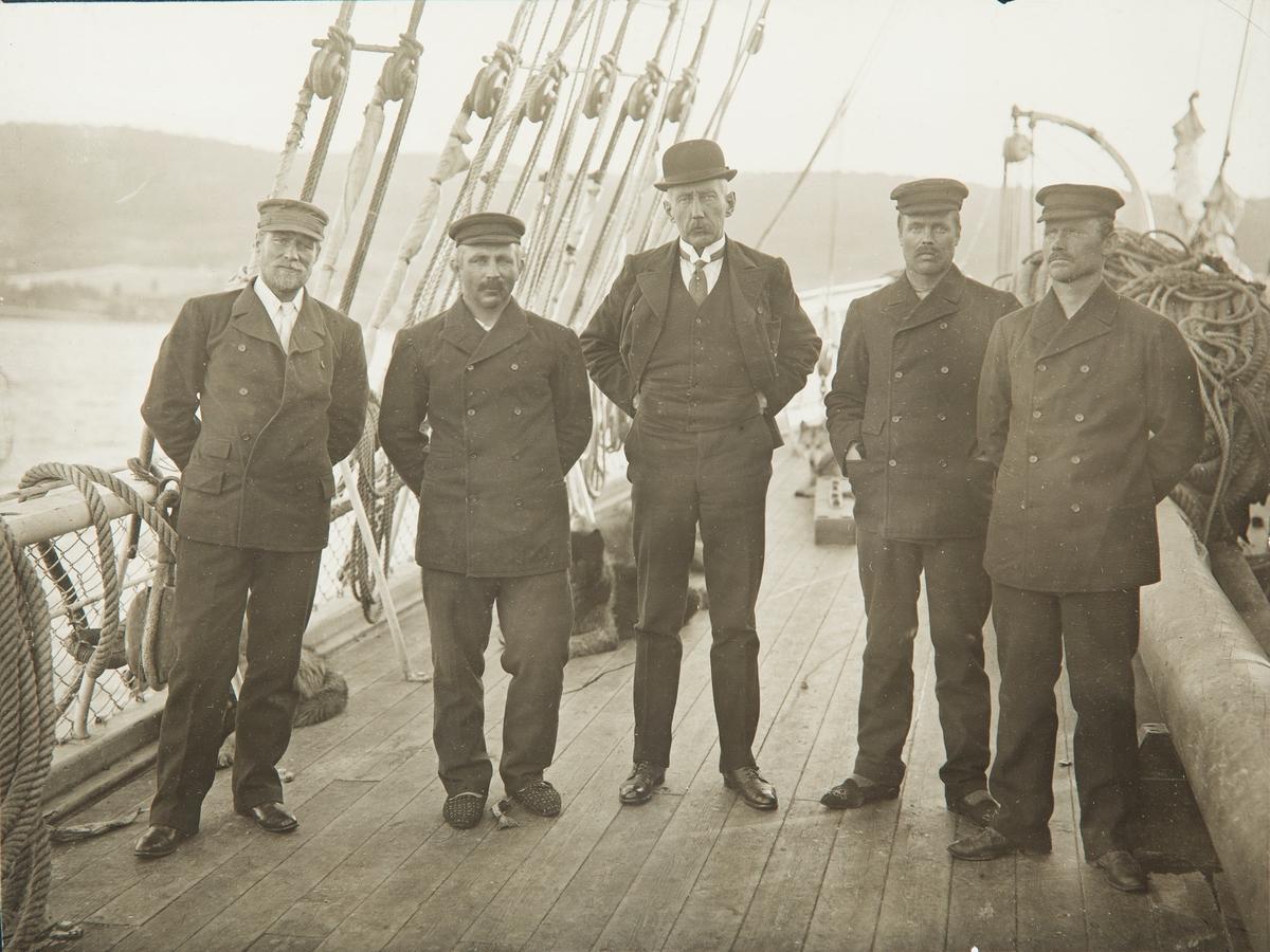 Roald Amundsen og 4 menn på båtdekk