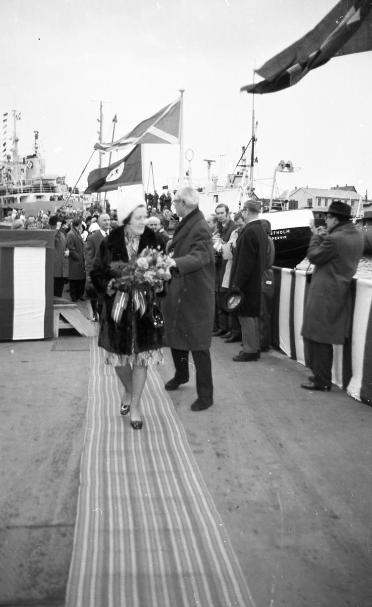 Portrett. M/S Cape Horn ved kai på H.M.V. En folkemenge samlet for å se på skipsdåpen. Taler og overrekkelse av blomster etc. Musikk-korps til stede. Foto fra feiringen på kvelden i etterkant av dåpen. Foto fra Haraldshallen der folk bader. Bestilt av H.M.V.