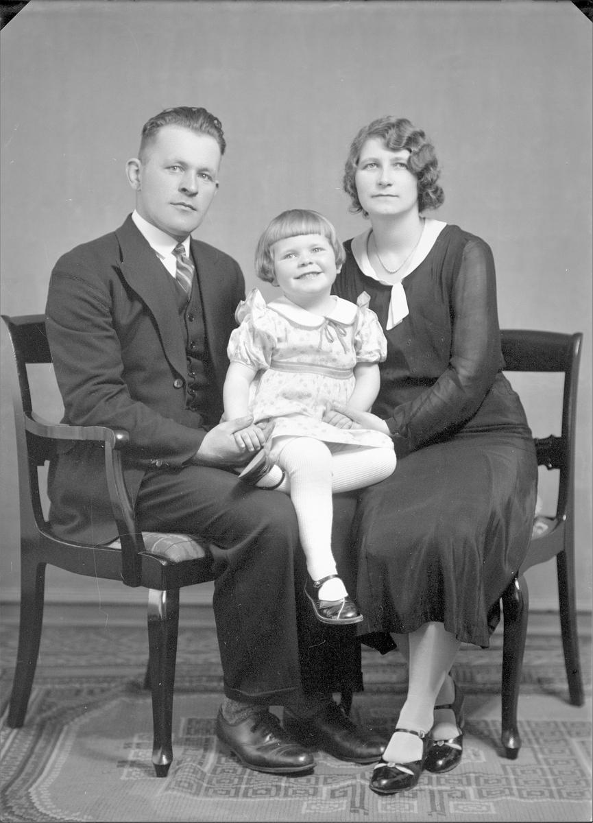 Gruppebilde. Familiegruppe på tre. Ung mann, ung kvinne og liten pike. Bestilt av Styrmann Dommersnes