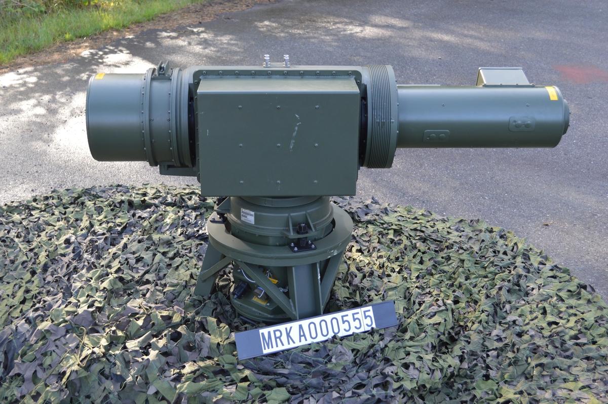 """En IR-spanare arbetar passivt, dvs den sänder ej ut några sig-naler som exempelvis en radar. IR-spanaren känner av infraröd strålning (värmestrålning) från flygplanets motor mm. IR-spanare jämfört med radar; kan ej upptäckas med signals-paning, är svår att störa, har hög noggrannhet i höjd och sida. Dock kan en IR-spanare ej mäta avstånd och kan påverkas av väder. Beskrivning. Räckvidden hos IRS 725 uppges vara 10-15 km mot stridsflyg och 6-9 km mot helikopter vid """"normalt väder"""". IR-spanarens huvud roterar med 180 varv/minut. Ett band om 5 grader i höjd avsöks, bandet höjs stegvis tills den önskade höjdvinkeln är avsökt. Normalt höjdområde är 20 grader, vil-ket tar ungefär 2 sekunder. Målupptäckt är automatisk, blinkande symboler uppträder i bilden på manöverenheten. Systemet presenterar 360 grader och kan behandla 16 mål samtidigt. Manöverenheten skulle vara placerad i S-platsen på LvS 75M. IRS 725 blev aldrig införd vid Kustartilleriets luftvärn."""