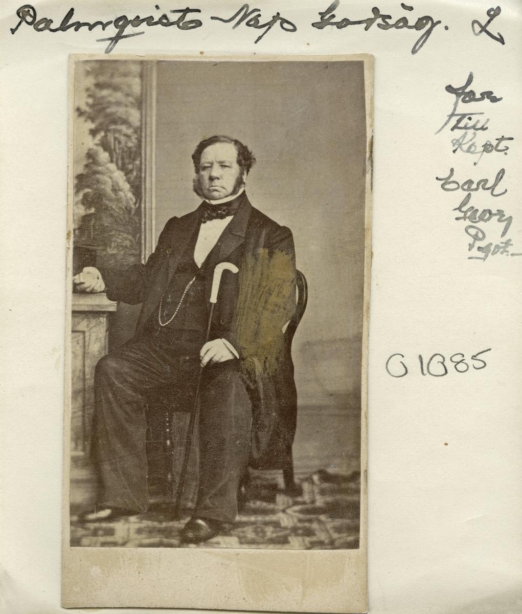 Porträtt av baron och löjtnant Napoleon Palmqvist. Född på Adelsö 1804 inflyttade han till Åsbo i Östergötland från Västra Ed 1843. Året därpå inköpte han Marks frälsesäteri i Veta socken, vilket blev hans boställe till sin död 1882. Från 1838 var han gift med Hedvig af Burén.