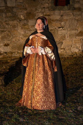 Jomfru Karine står i fint lys med den vakre kjolen og hodepynten sin. (Foto/Photo)