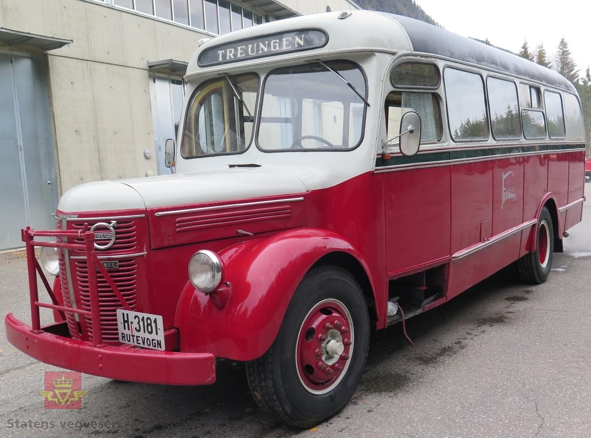 Buss med 6-sylindret dieselmotor, omlakkert i antatt originale farger.