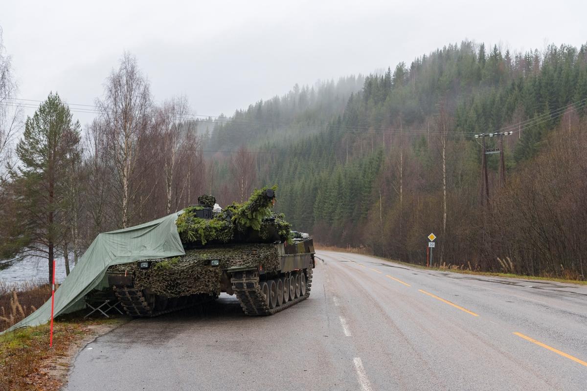 Fra Nato-øvelsen Trident Juncture, hvor soldater fra Nato-alliansen øvde sammen på å forsvare Norge. En kamuflert stridsvogn sto parkert på en parkeringsplass langs fylkesvei 30 ved Åkrestrømmen i Rendalen, Hedmark.