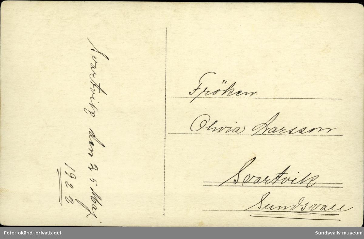 Vykort med motiv av tre stycken pojkar. Enligt texten på baksidan: Svartvik den 25 maj 1922.
