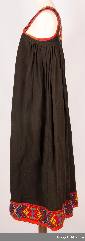 """Mottatt diverse gamle kvinneklær fra Margit Løvviken: 2 """"hallingstakker"""", 2 forklær  (til bunad), 1 overdel, skjorte, 1 korttrøye, 1 stort rutete sjal.  Klærne har tilhørt giverens tante Gunbjørg O. Løvviken, f. 14/12-1868, d. 9/1-1960.  Gaven ble mottatt av to i Nes Museumsstyre - Margit Prestbakken og Sidsel Stensrud.  Stakken har vært inne til registrering på N.F. v/ konservator Aagot Noss, 1976.  Nummer: NF. 10.592 L 97321 og L 97322. Registreringnummer HFN 3378 til HFN 3384"""