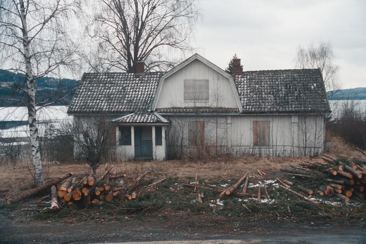 Lillehammer.  Vingrom.  Frydenlund lærerbolig, som ble revet.  Sett mot øst.  Mjøsa i bakgrunnen.