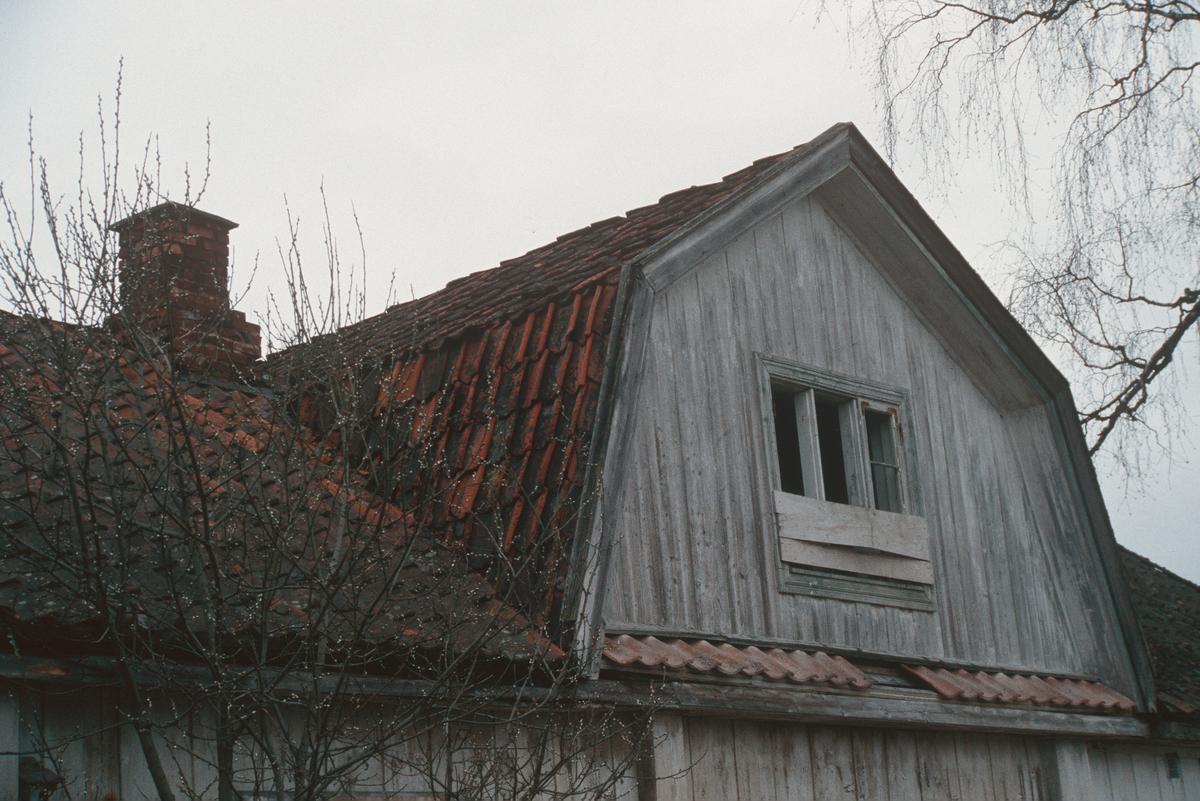 Lillehammer.  Vingrom.  Frydenlund lærerbolig, som ble revet.  Nærbilde av tak-oppbygg på østsida sett mot nord-vest.