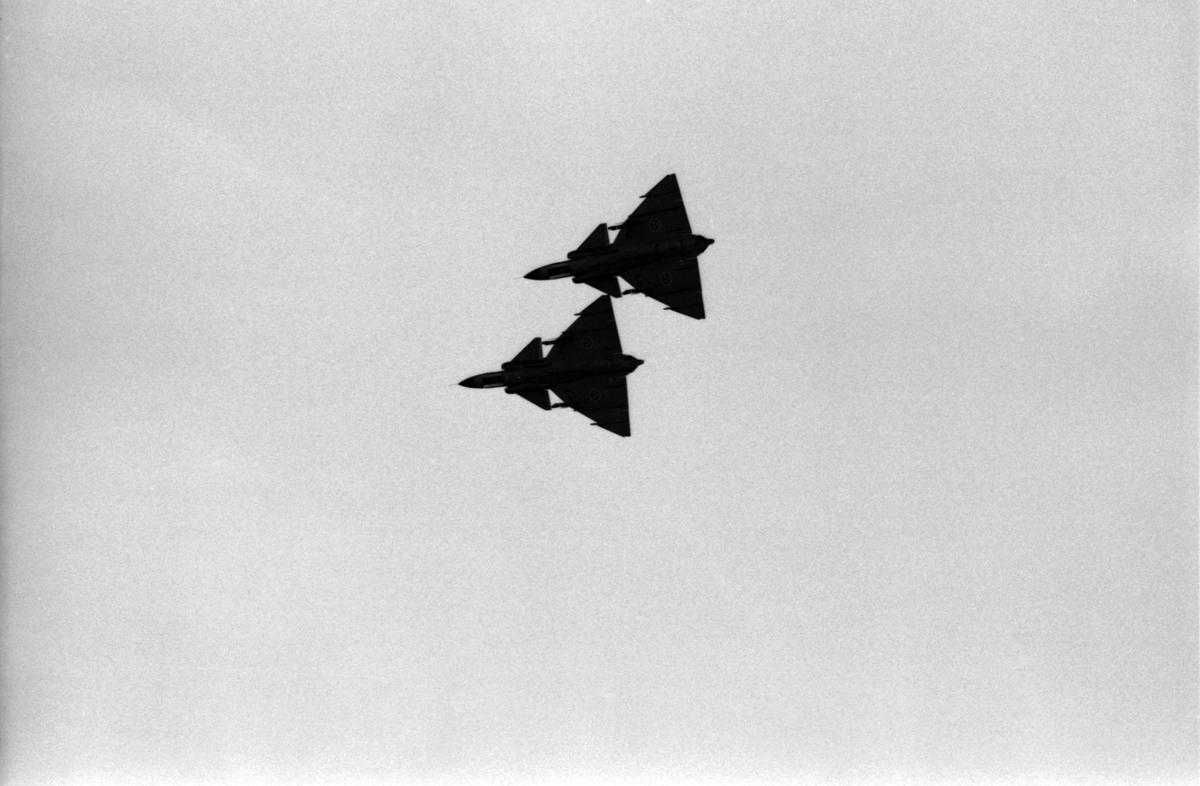 Två flygplan Saab 37 Viggen flyger i rote vid flygdagen på Malmen den 28 augusti 1976. Vid firande av Flygvapnet 50 år.