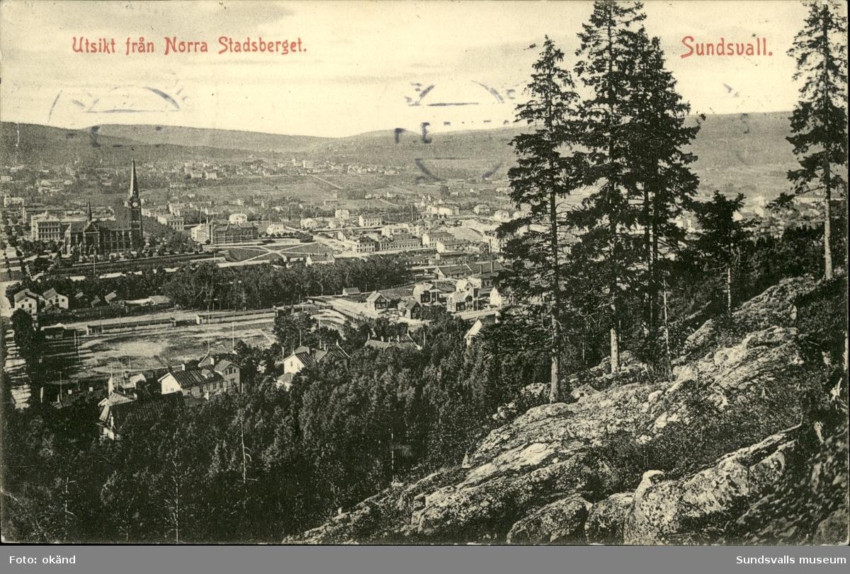 Vykort med motiv över Sundsvall och Gustav Adolfskyrka sett från Norra berget.