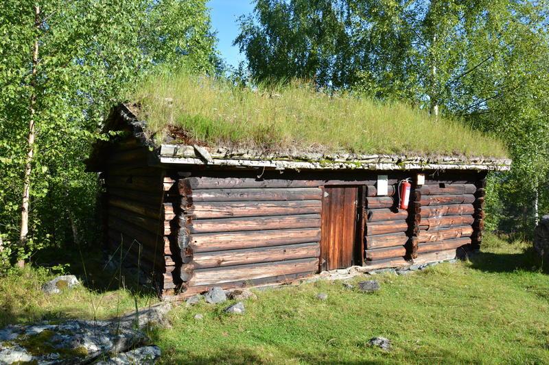 Todelt seterbu frå Svartfjell /  frå Sør-Aurdal, med sjåglugger, åre, ljore og ljore i eldbua, og mjølkebu bygd inntil. Haustseter for garden Steinsrud i Sør-Aurdal, bygd kring 1775. (Foto/Photo)