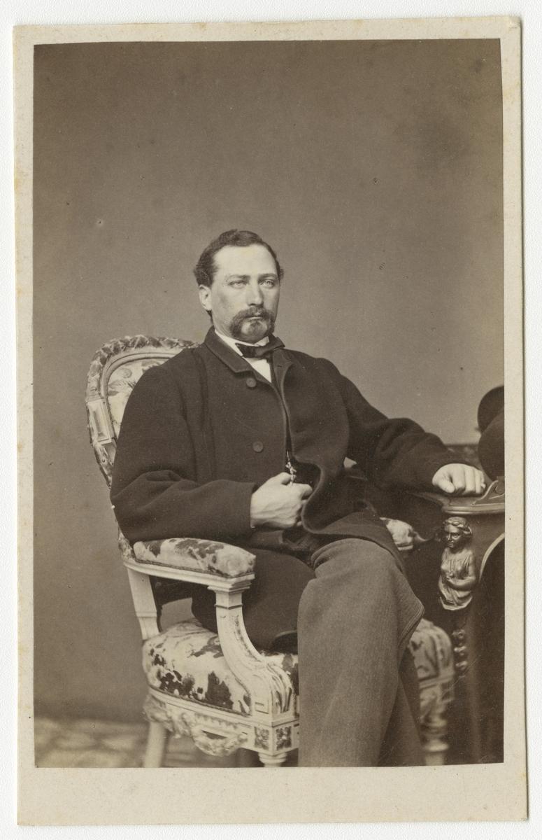 Porträtt av Kanaris Alexis von Warnstedt, officer vid Andra livgrenadjärregementet I 5.  Se även bild AMA.0001882 och AMA.0001935.