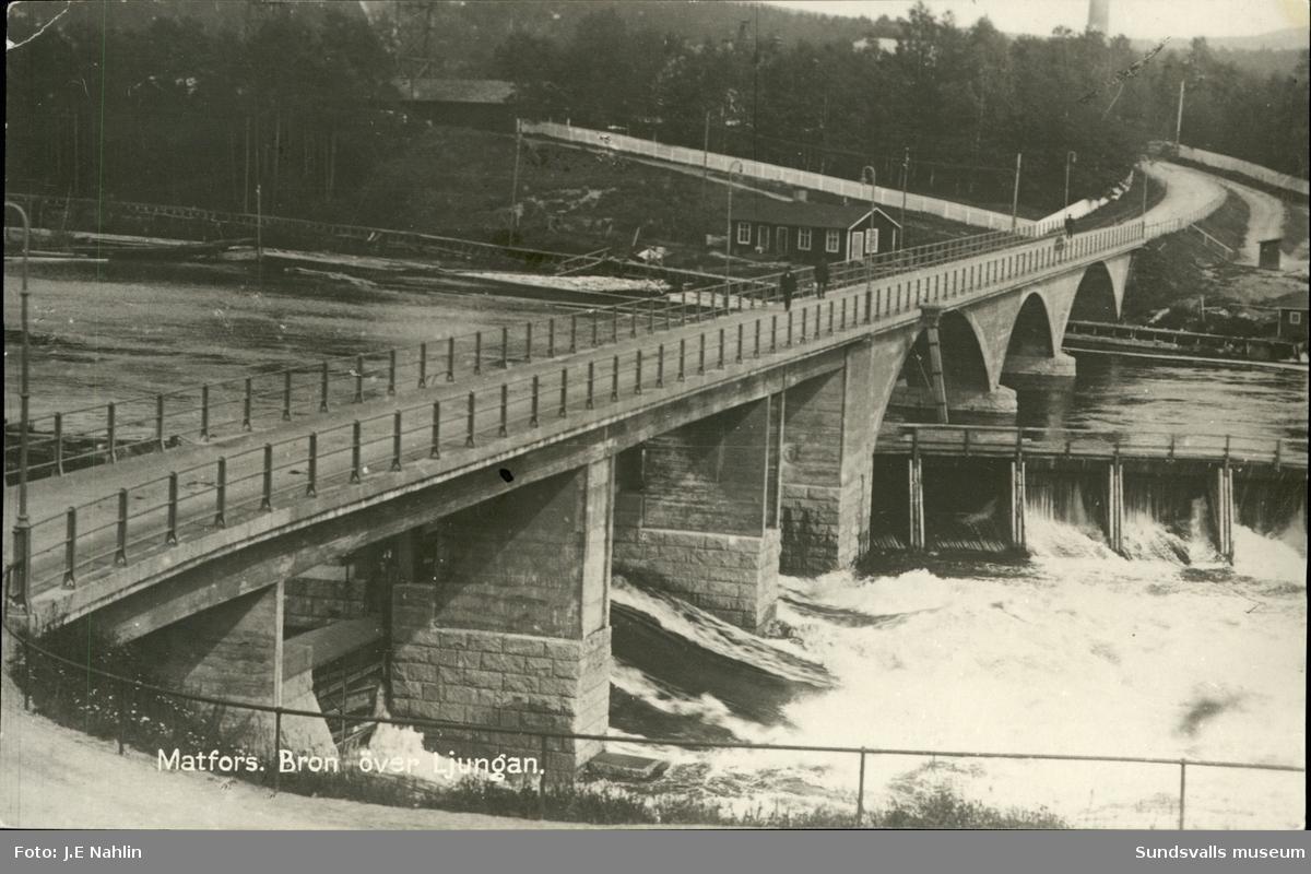 Vykort med motiv av bron över Ljungan vid kraftverket i Matfors.