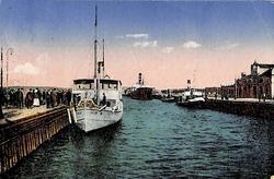 Vykort med motiv över passagerarbåtarna i hamnen i Sundsvall