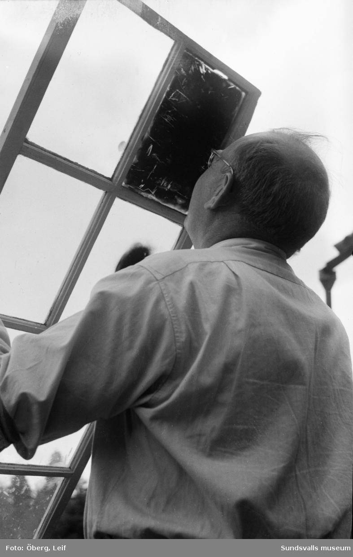 Karl Öberg tittar på den totala solförmörkelsen som ägde rum den 30:e juni 1954. I brist på annat använder han en sotad fönsterruta för att kunna se den unika händelsen.