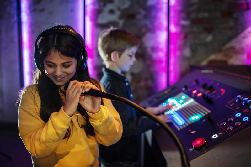 Ingen forkunnskaper trengs for å leke seg i LydLab. Foto: Geir Mogen/Rockheim.