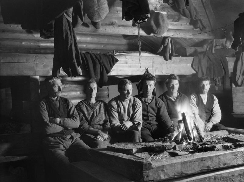 Interiør fra et forholdsvis stort skogshusvære med åreildsted, antakelig fotografert i Namdalen i Nord-Trøndelag vinteren 1927. Foto: Johan Sønnik Andersen /Norsk skogmuseum.