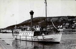 Vykort med motiv av ångbåten Prins Gustaf med passagerare i