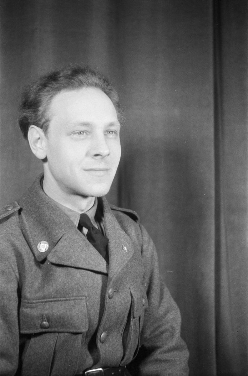 Porträttfoto av soldat Gustav Rune Hedlund (nummer 834), mekaniker vid F 19, Svenska frivilligkåren i Finland under finska vinterkriget, 1940.