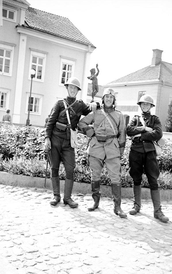 Värnpliktiga framför byggnad. Erik Sandstedt i mitten.