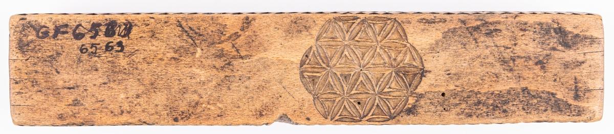 Dosa, lång av trä, rikt utskuren, märkt 1786,
