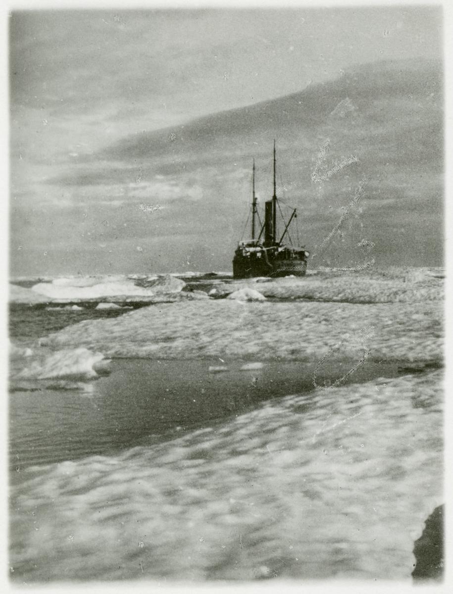 S/S HALVAR bland drivis på Karahavet.
